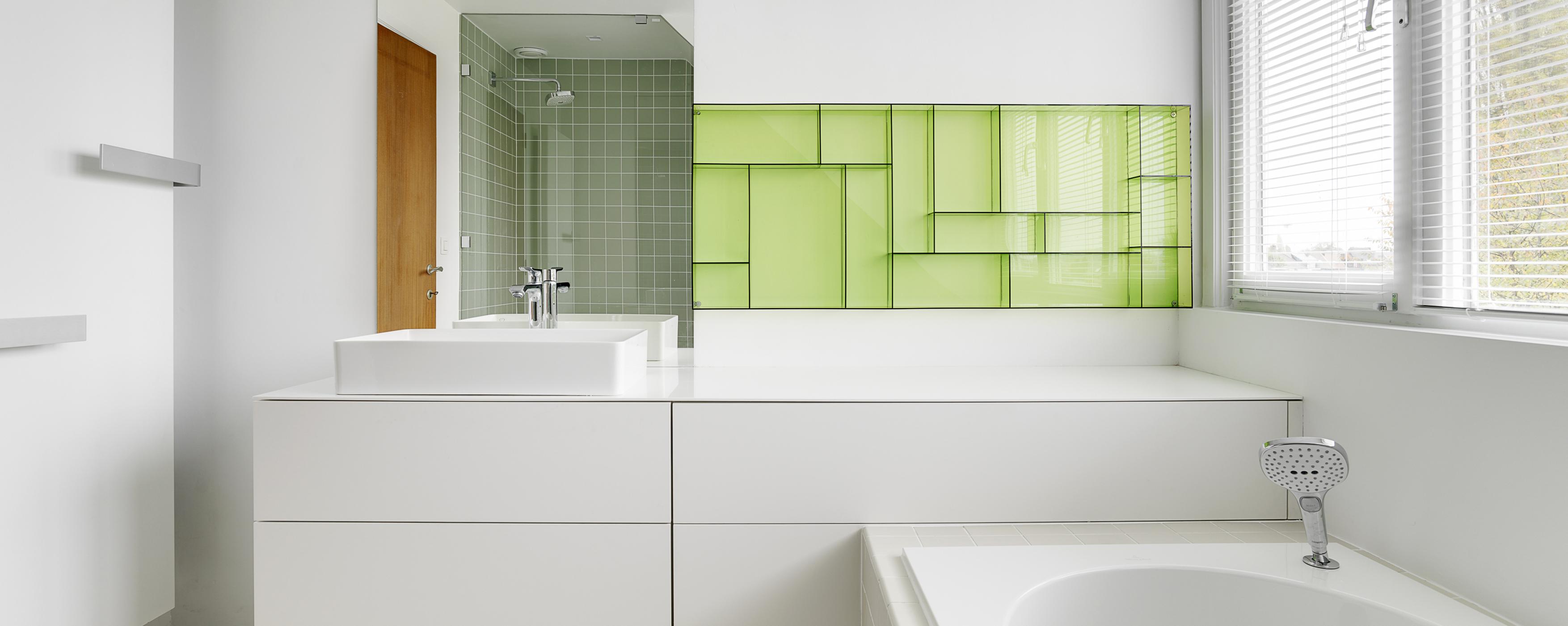 badkamer in het pand komen en biedt de oude badkamer ruimte nog altijd genoeg berging de klanten hadden een voorliefde voor groene tinten en kleine