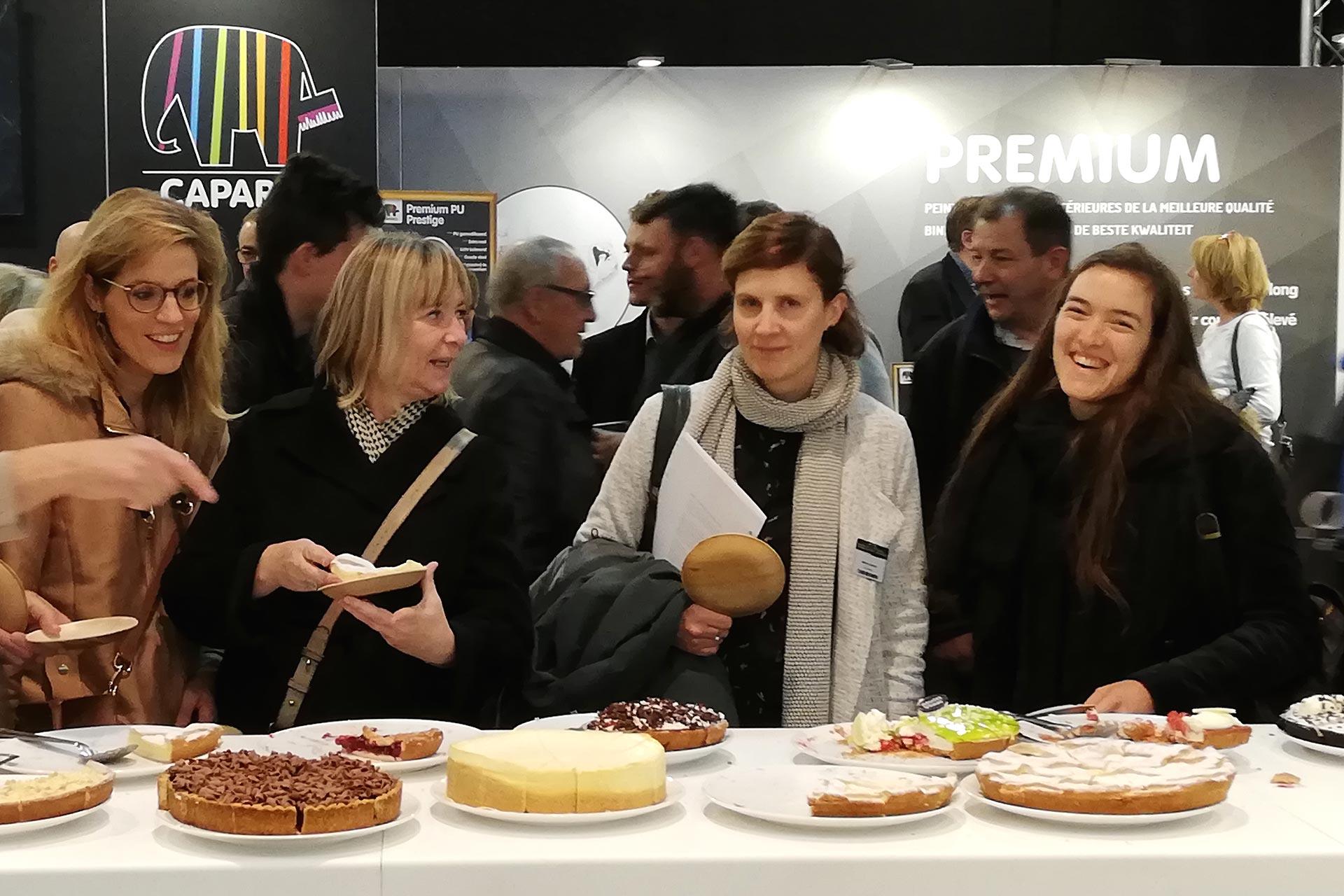 ontwerper en aannemer genieten van de taartstand