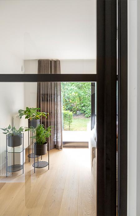 Interieurkabinet - lichte materialen zorgen voor meer daglicht in huis